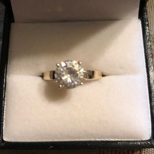 14Kt gold ring approx size 6-7 cubic zirconia